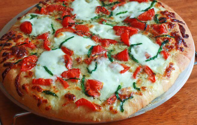 Νόστιμη πίτσα μαργαρίτα με εύκολη ζύμη