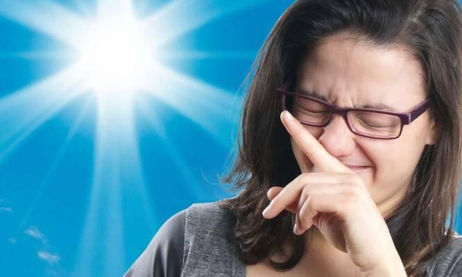 Σας προκαλεί συχνά φτέρνισμα ο ήλιος; Δείτε γιατί σας συμβαίνει!