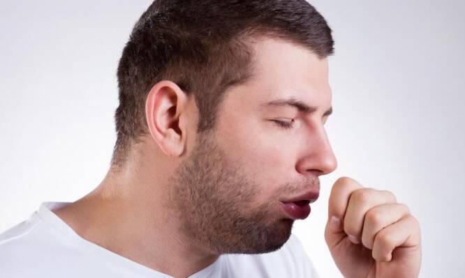 Επίμονος βήχας: Δείτε όλες τις αιτίες που μπορεί να σας τον προκαλούν