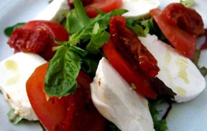 Σαλάτα με λιαστή ντομάτα και μοτσαρέλα