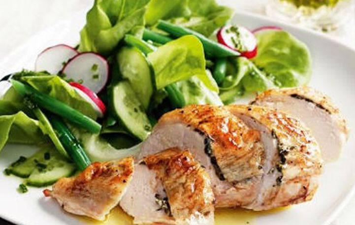 Κοτόπουλο ψητό με μυρωδικά και σαλάτα