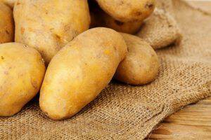heap of fresh potatoes on burlap sack ** Note: Shallow depth of field