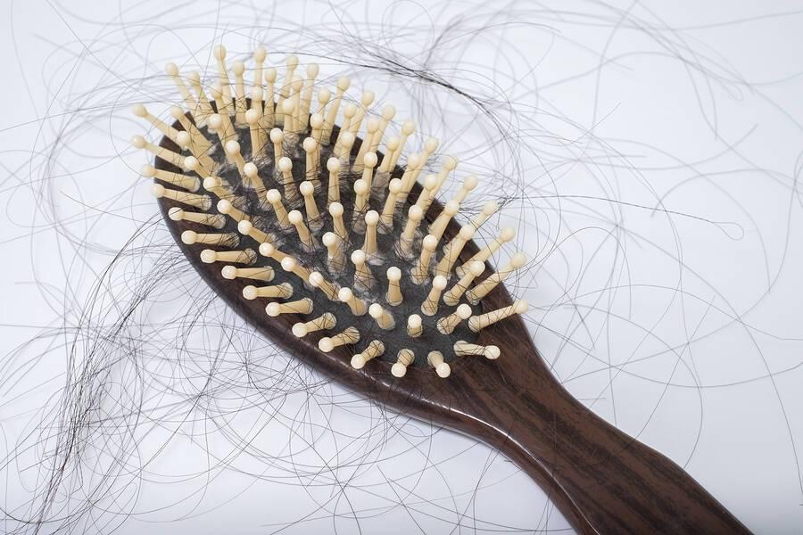 Θυρεοειδής αδένας: Πώς επηρεάζει τα μαλλιά
