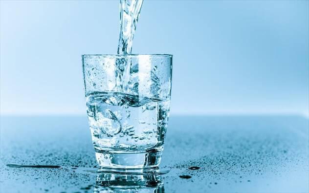 Πρέπει να πίνουμε ζεστό ή κρύο νερό;