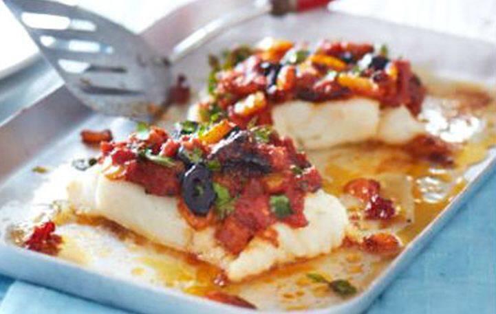 Μπακαλιάρος στο φούρνο με ντομάτα και ελιές