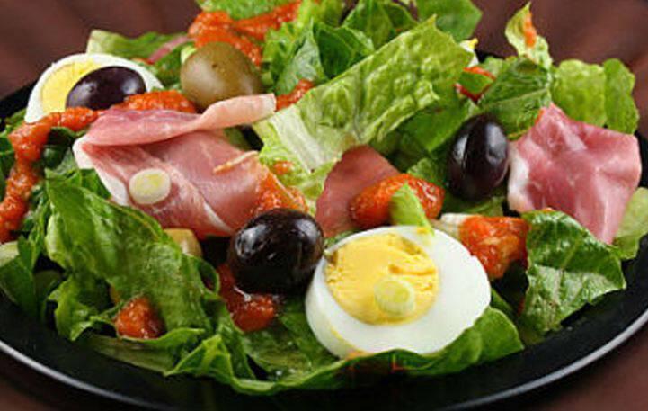 Σαλάτα με προσούτο, αυγό και μαρούλι