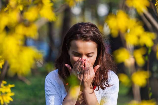 Φτάρνισμα: Ο καλύτερος τρόπος να προστατεύσετε τους γύρω σας