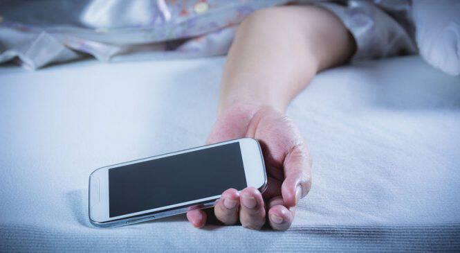 Κινητό δίπλα στο κρεβάτι: Ποια προβλήματα προκαλεί στον ύπνο